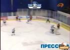 Video: Baltkrievu hokejists iemet ripu savos vārtos