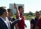 Video: Ronaldu iemet reportiera mikrofonu ezerā