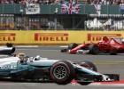 """Hamiltons turpina triumfēt Silverstounā, """"Ferrari"""" drausmīga neveiksme beigās"""
