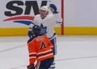 """Video: """"Oilers"""" neveiksmes turpinās: aizsargs iemet savos vārtos un sagādā zaudējumu"""