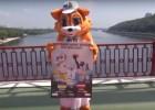 Video: Ukrainas basketbola talismans pirms spēles ar Latviju lec no tilta