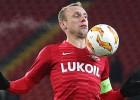 """Eiropas līgas spēlē Maskavas """"Spartak"""" līdzjutējs uzbrūk savas komandas kapteinim"""