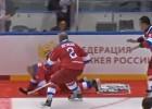 Video: Putins iemet astoņas ripas un nokrīt uz sarkanā paklāja
