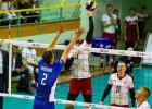 Latvijas volejbolisti piecu setu nervu cīņā zaudē, bet izcīna pirmo punktu Zelta līgā