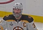 Video: Hāra ar lauztu žokli: vecākais aizsargs - vārtu guvējs NHL finālos