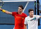 Nadals zaudē vienspēlē, bet uzvar dubultspēlē – Spānija sasniedz pusfinālu