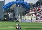 Video: Cilvēks ar izpletni nolaižas futbola spēlē