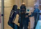 Futbolists cenšas šantažēt klubu, uzvelkot pretinieku kreklu. Klubs viņu atstāj aiz durvīm