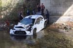 Foto: Beļģu rallija ekipāža treniņos nokrīt no tilta