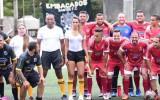 Foto: Efektīga līnijtiesnese savaldzina futbola cienītājus