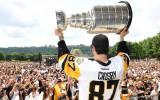 """Video: NHL čempionvienības """"Penguins"""" parāde pulcē ļaužu masas"""