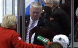 Video: Spēlētājs nejauši iesit NHL darbiniekam