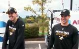 Video: Krosbijs un Malkins sacenšas ar mašīnām