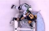 Video: NHL jocīgākie momenti: ar Krosbija palīdzību apgāž vārtus