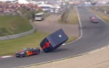 Video: F1 pilots Rikjardo avarē karavānu vilkšanas sacīkstēs