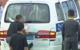Video: Aizkavējas spēlētāja nogādāšana slimnīcā, jo mašīnai iesprūst durvis