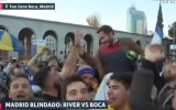 Video: Priecīgi fani paceļ žurnālistu pičpaunā