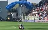 Video: Parašutists nolaižas futbola spēlē