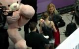 Video: Daiļslidošanas līdere nopelna milzu lāci un ar grūtībām tiek autobusā