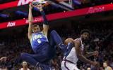 Video: Porziņģis iekļūst NBA sezonas dankos, triumfē Džeimss