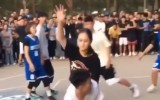 Video: Basketbolists divreiz samulsina meiteni