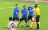 Video: Tiesnesis iesit spēlētājam un pēta telefonā atrodamo