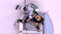 NHL jocīgākie momenti: ar Krosbija palīdzību apgāž vārtus