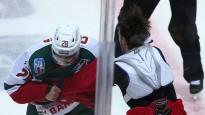 KHL kautiņā krievu jauneklis izglābjas un pieveic dūšīgu kanādieti