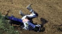"""MXGP posmā Faencā pēc kritiena sportists ar grūtībām izvelk ķiveri no """"špūres"""""""