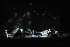 """Foto: """"Peldošie – ceļojošie. II daļa"""". Foto ieskats junajā Dailes teātra izrādē"""