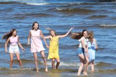 """Video: Meiteņu popgrupa NANDO publicē īpaši vasarīgu dziesmas """"Bikini"""" video"""