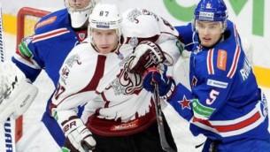 """Video: """"Dinamo"""" viesos iemet četras ripas un sakauj KHL čempioni"""