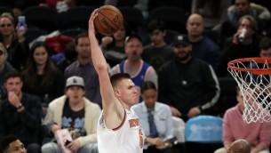 """Video: Porziņģis pēdējā ceturtdaļā nodrošina """"Knicks"""" panākumu pret Atlantu"""
