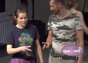 Video: Unikālā izrādē NOĶER MANI vecāki izdejo bērnu kustības un darbības
