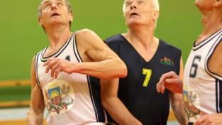 Veterāni turpina spraigas cīņas basketbola laukumos