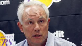 """""""Lakers"""" pārmaiņas: atlaiž Kapčaku, vietā Maģiskais Džonsons"""