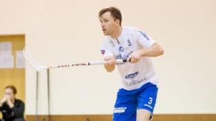 Latvijas izlases florbolists Malkavs kar nūju uz nagliņas