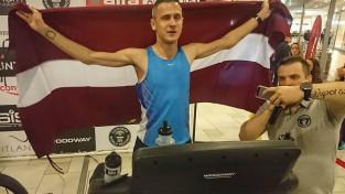 Simanovičs labo Ginesa rekordu 12 stundu skriešanā uz skrejceliņa