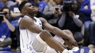 NBA drafta favorītam Viljamsonam trauma liek atstāt spēli pirmajā minūtē