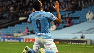 """Varāns ar divām rupjām kļūdām uzdāvina """"Manchester City"""" uzvaru un 1/4 finālu"""