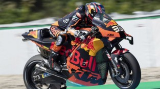 """Debitants Binders atnes KTM komandai pirmo uzvaru """"MotoGP"""""""