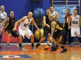 """Banku basketbola kauss sākas ar """"DNB bankas"""" uzvaru fināla atkārtojumā"""