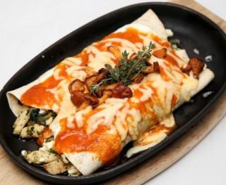 Enchilada  ar gailenēm un biezpienu