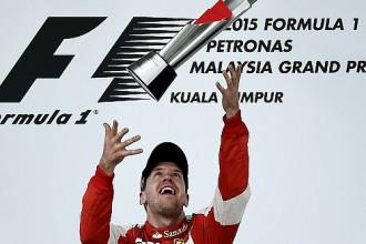 """Fetels izcīna pirmo F1 uzvaru """"Ferrari"""" komandas sastāvā"""