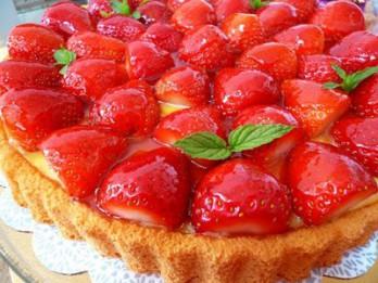 Vasarīga zemeņu kūka