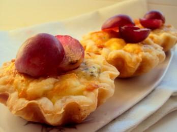 Debešķīgie siera groziņi ar vīnogām