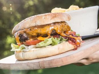 """Apetīti rosinošais """"Šķūņa"""" liellopa gaļas burgers"""