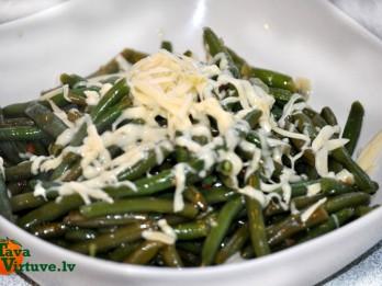 Zaļās pupiņas ar ķiplokiem un sieru