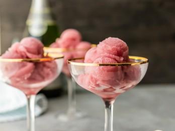Saldais šampanietis ar saldējumu un vaniļu