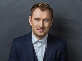 """Dziedātājs Jānis Stībelis visus sveic 4.maijā ar savu jauno dziesmu """"Karogs"""""""